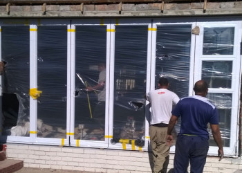 Aluminium stacking door with windows